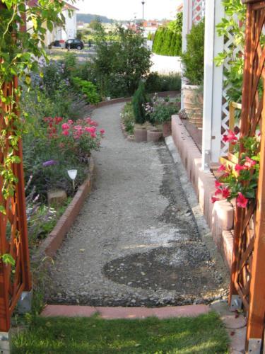 Weg in den Garten 2009-08-04  19-06-56